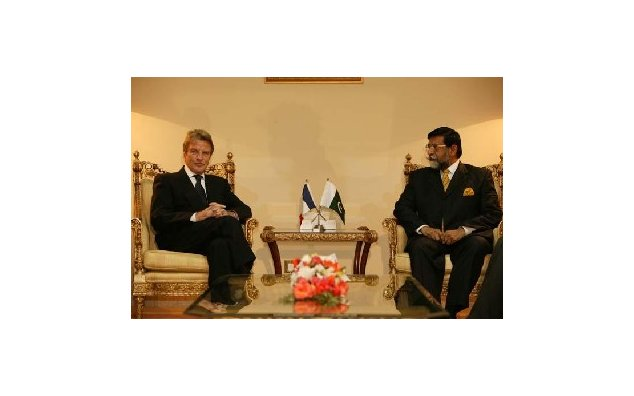 Visit to Pakistan by Mr. Bernard Kouchner, French Minister of Foreign and European Affairs. Meeting with Mr. Mohammadmian Soomro, Acting Prime Minister of the Islamic Republic of Pakistan (Islamabad). 02.01.2008
