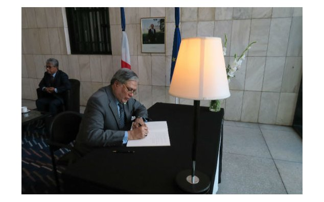 Mr. Mohammad Ishaq Dar, Minister for Finance, signing the condolence book at the French Embassy on 19 July 2016.