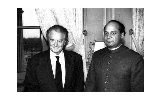 Meeting of Mr. Roland Dumas, Minister for Foreign Affairs, with Mr. Nawaz Sharif, Prime Minister of Pakistan (Quai d'Orsay) 16/01/1992