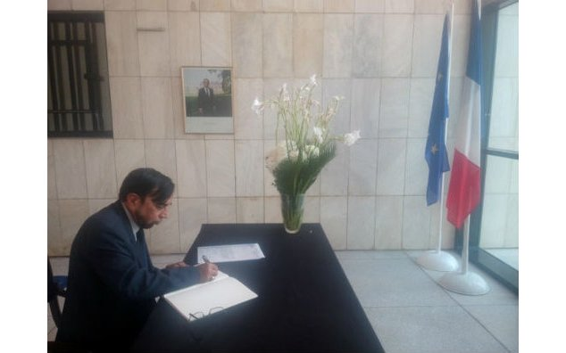 Mr. Rasheed Ahmad Chughtai, President Islamic United Council, signing the condolence book at the French Embassy on 23 November 2015.