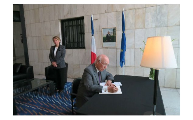 Mr. Sartaj Aziz, Advisor to the Prime Minister for Foreign Affairs, signing the condolence book at the French Embassy on 19 July 2016.