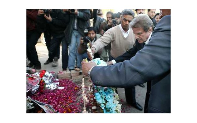 Visit to Pakistan by the Bernard Kouchner, Minister for Foreign and European Affairs: laying of a wreath on behalf of the President of the Republic, to the memory of Benazir Bhutto, former Prime Minister, candidate for the parliamentary elections due on 8 January 2008, at the scene of the attack at Liaqat Bagh (Rawalpindi). 02/01/2008