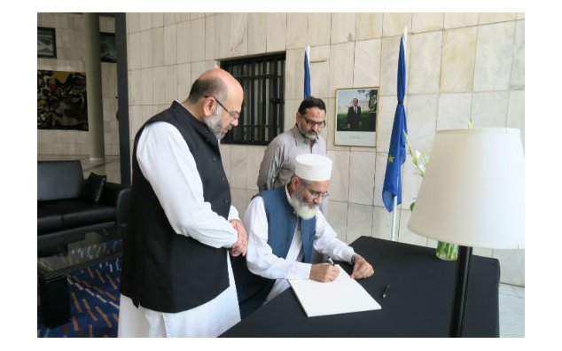 Senator Siraj ul Haq, Amir Jamaat-e-Islami Pakistan, signing condolence book at the French Embassy, Islamabad on 21 July 2016.