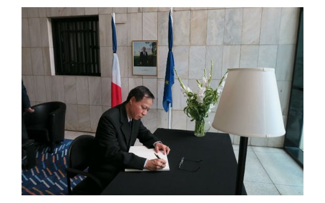 The Ambassador of Myanmar, signing the condolence book at the French Embassy on 20 July 2016.