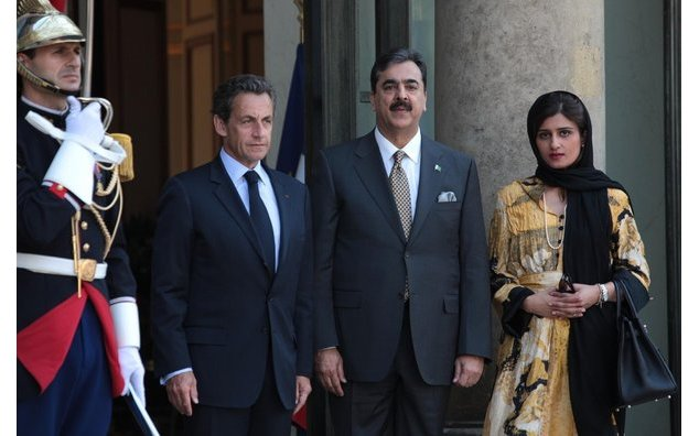Welcome of Yusuf Raza Gilani, Prime Minister of Pakistan, and Hina Rabbani Khar, Minister for Foreign Affairs of Pakistan, by Nicolas Sarkozy, President of the Republic (Palais de l'Elysée, Paris). 04/05/2011