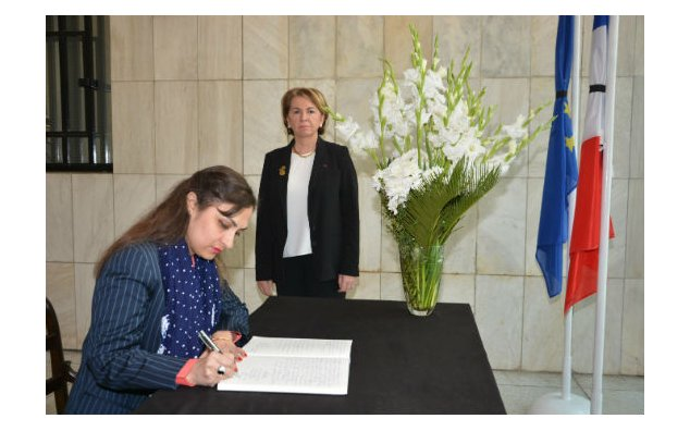 Mrs. Marvi Memon, Minister of State/Chairperon Benazir Income Support Programme signing condolence book on 16 November 2015 at the French Embassy, Islamabad.