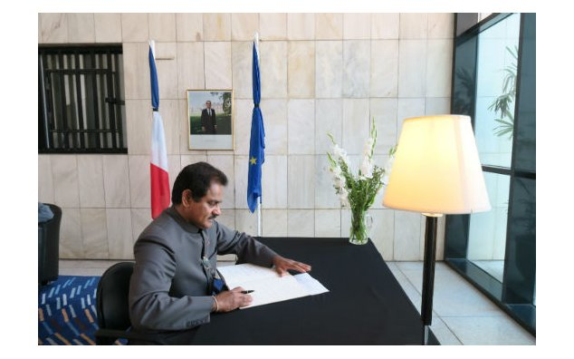The High Commissionner of Sri Lanka signing condolence book at the French Embassy Islamabad on 19 July 2016.