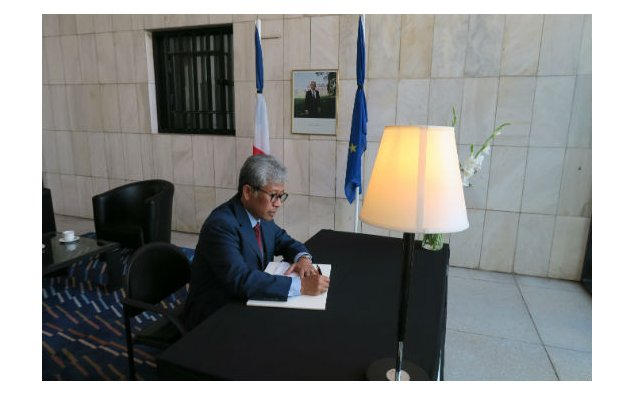 The Ambassador of Indonesia signing condolences book at the French Embassy Islamabad on 19 July 2016.