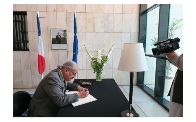 Mian Raza Rabbani, Chairman Senate of Pakistan, signing the condolence book at the French Embassy on 20 July 2016.