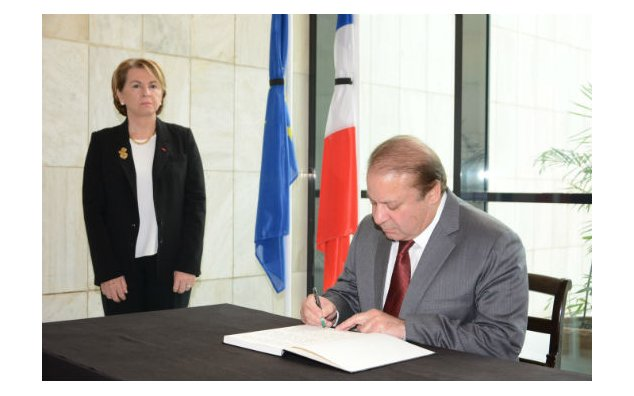 Mr. Nawaz Sharif, Prime Minister of the Islamic Republic of Pakistan, signing condolence book at the French Embassy, on 17 November 2015.