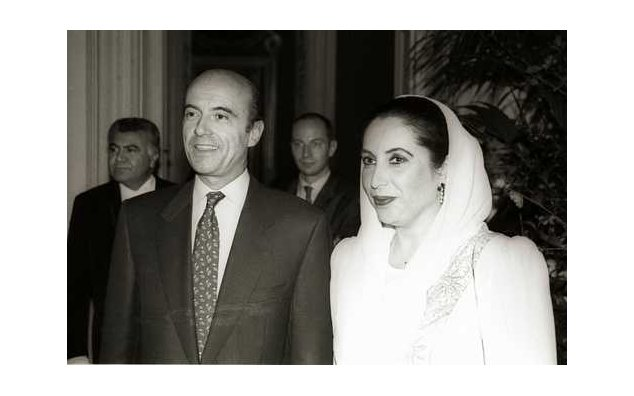 Dinner offered in honor of Mrs. Benazir Bhutto, Prime Minister of the Islamic Republic of Pakistan, by Mr. Alain Juppé, Minister for Foreign Affairs (Quai d'Orsay) 02/11/1994