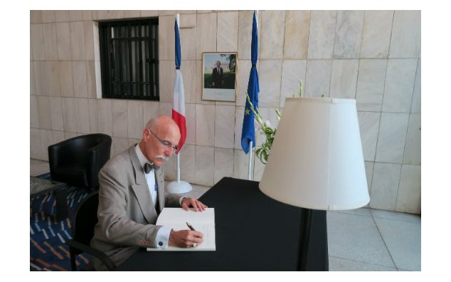 Mr. Jean-François Cautain, Ambassadeur de l'Union européenne au Pakistan, signing the condolences book at the French Embassy Islamabad on 20 July 2016.