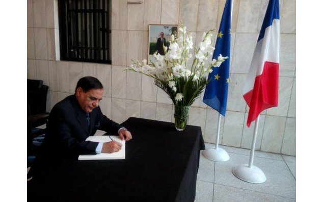 General (Retd) Ehsan ul Haq, former Chairman Joint Chiefs of Staff Committee , sign the condolence book at the French Embassy
