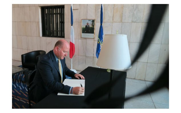 The Head of UNIC signing condolence book at the French Embassy Islamabad on 20 July 2016.