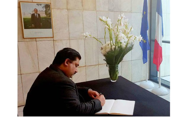 Mr. Khurram Dastgir Khan, Minister for Commerce of the Islamic Republic of Pakistan, sign the condolence book at the French Embassy on 20th November 2015