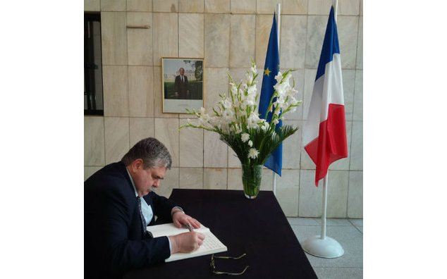 The Ambassador of Russia sign the condolence book at the French Embassy
