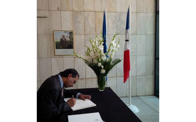 Mr. Saad Warraich, Pakistani diplomat, sign the condolence book at the French Embassy
